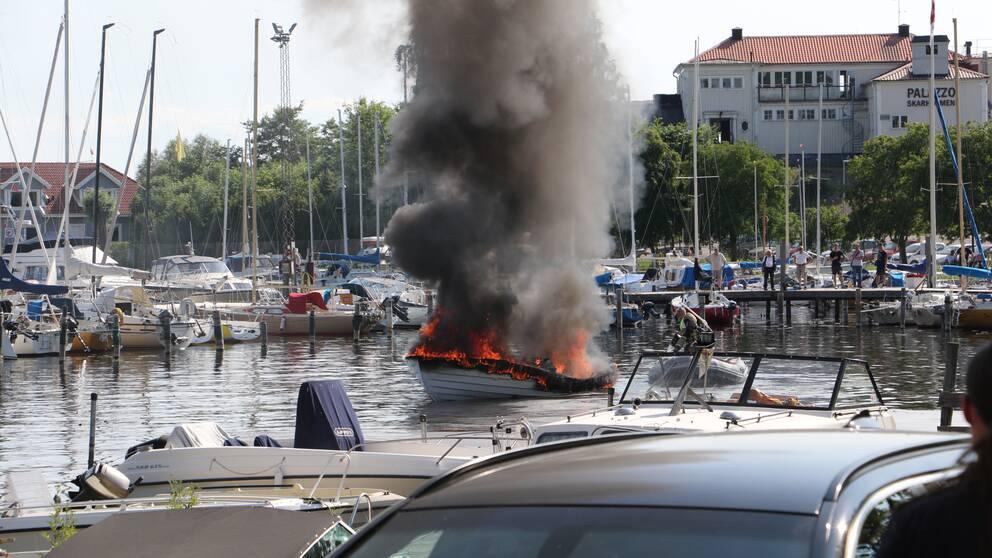 Den brinnande båten i hamnen vid Skarholmen, Sunnersta.