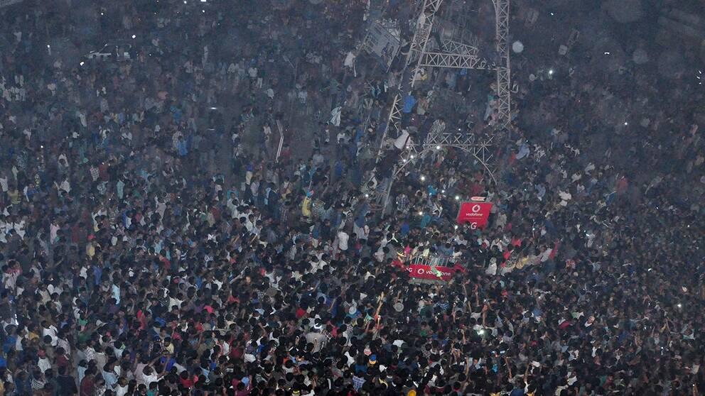 Folkmassan som lynchade våldtäktsmannen, som sägs ha varit en illegal invandrare från Bangladesh.