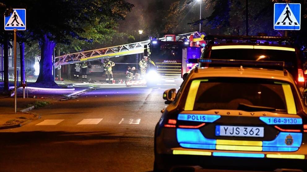 Polis och räddningstjänst på plats vid brand.