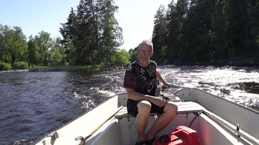 Rolf Lundén kör motorbåt i Nedre Dalälven.