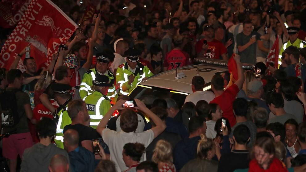 Firande efter Liverpools serieseger – utan social distansering