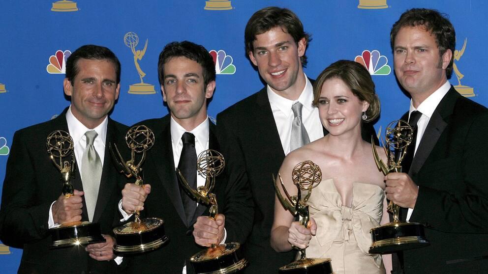 Skådespelarna från The Office håller varsin Emmy-statuett i handen.