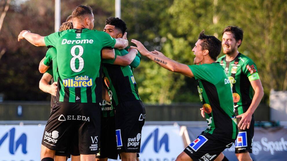 Varbergs spelare jublar efter 3-0 av Daniel Krezic.