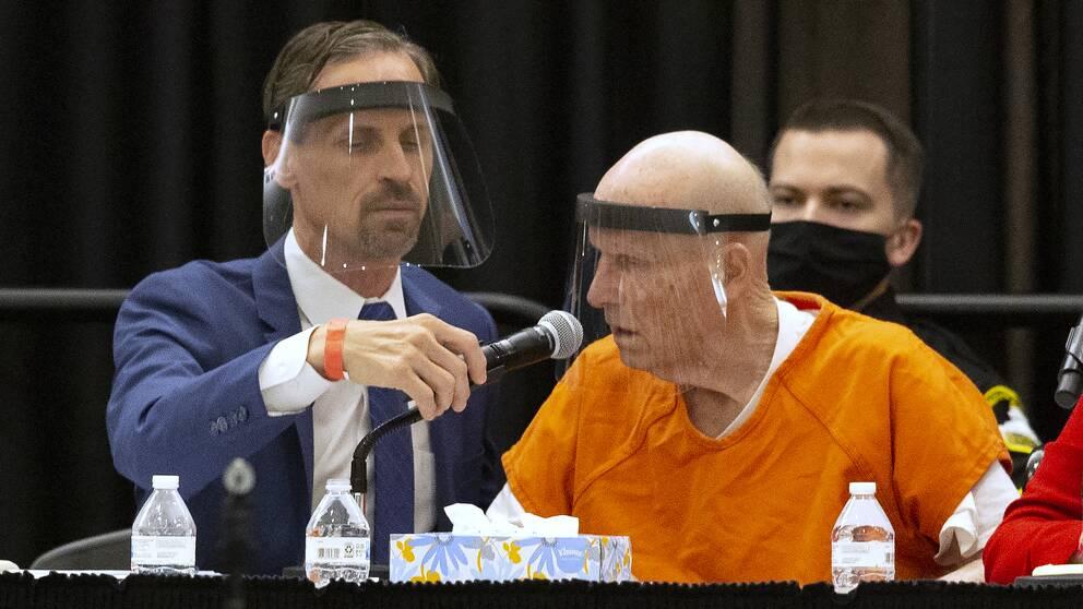 """Den misstänkte seriemördare Joseph James DeAngelo (till höger), ökänd som """"Golden State-mördaren"""" erkände samtliga mord i en domstolsförhandling i Sakramento i den amerikanska delstaten Kalifornien."""