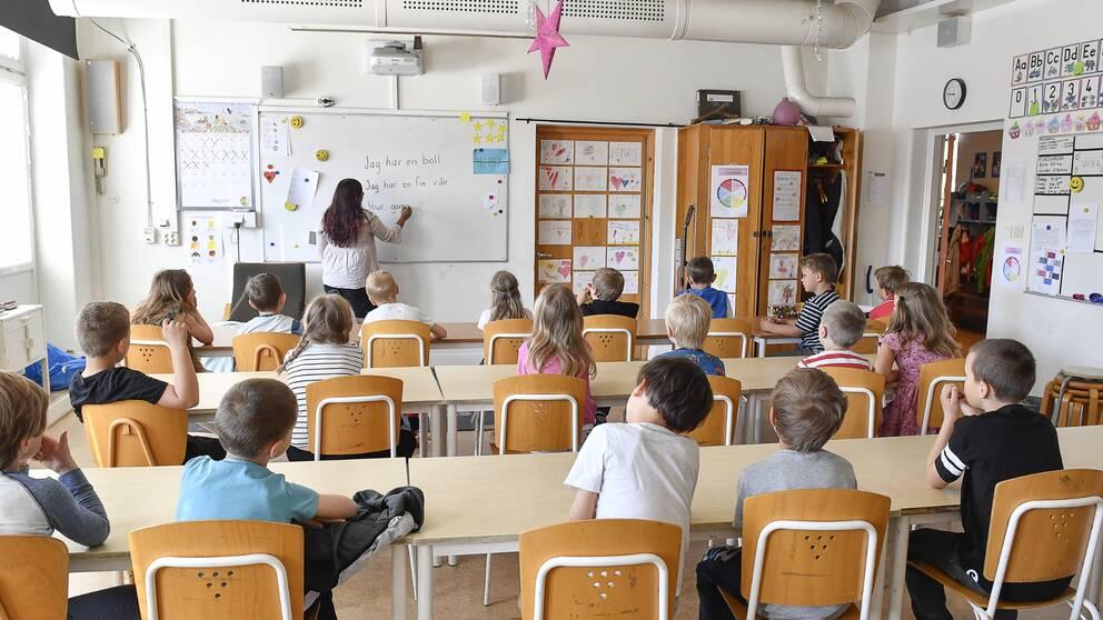 Elever i klassrum.