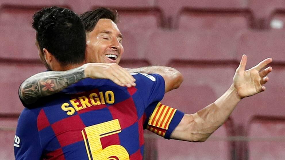 Lionel Messi drog dit sitt 700:e mål på internationell nivå. Sergio Busquets