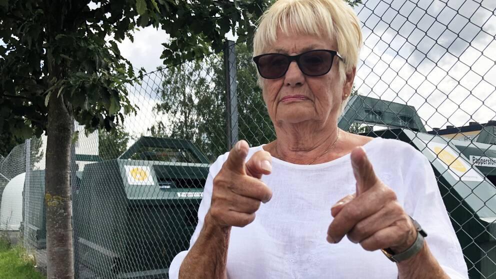 Kvinna visar med händerna hur stora råttor hon sett i centrala Boden.