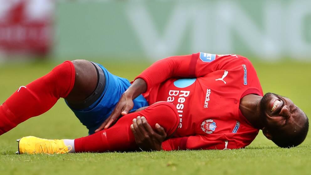 Helsingborgs Mohammed Abubakari har ont efter en tackling under torsdagens fotbollsmatch i allsvenskan mellan Helsingborgs IF och Mjällby AIF på Olympia.