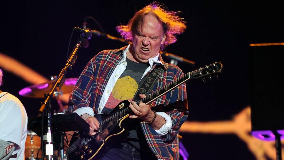 Arkivbild av musikern Neil Young när han framträder med bandet Crazy Horse i New York i september 2012.