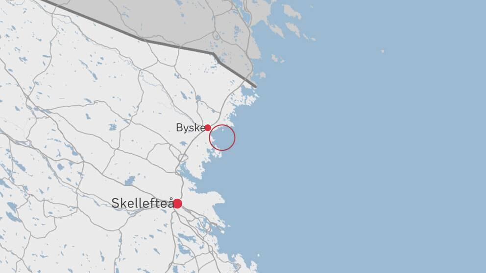 En karta över delar av Västerbotten där platsen för insatsen är inringad med en röd cirkel.