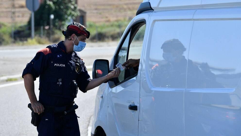 Spansk polis genomför vägkontroller i Lleida i Kataloninen 4 juli.