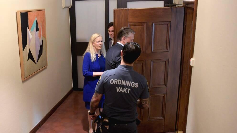 Anna Lindstedt går in i rättssalen tillsammans med advokat Conny Cedermark.