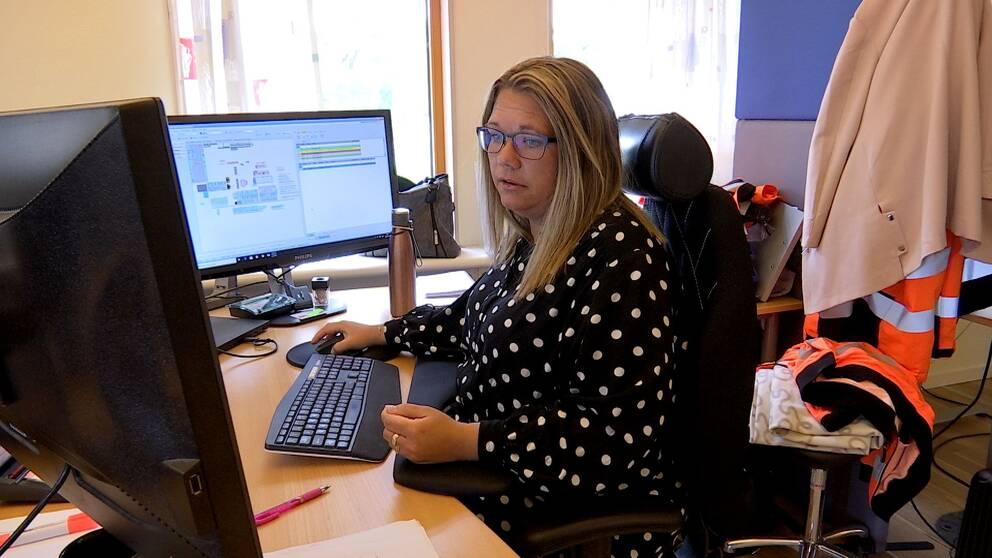 Bild på Madelene Wennberg framför sin dator på Östavallsågen.