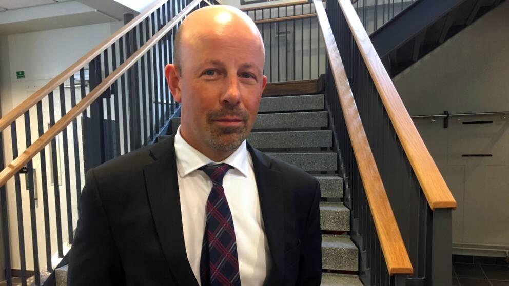 Per Hånell försvarar den 27-årige mannen som står åtalad.