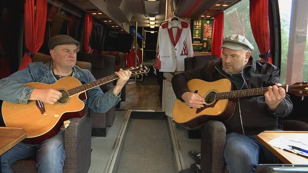 Trond Korsmoe´och Peter Larsson sitter i turnébussen med sina gitarrer