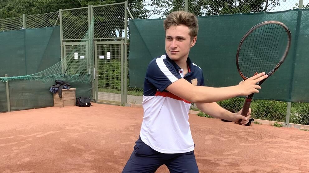 18-årige Hampus Johansson i Varberg har spelat tennis i hela sitt liv och drömmer om att göra det på amerikanskt college.