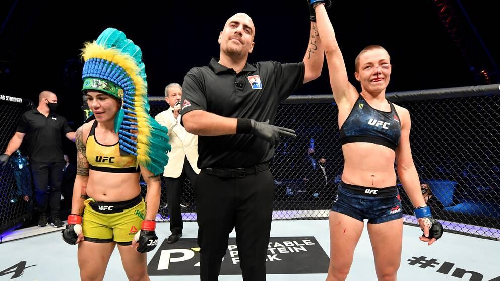 Rose Namajunas (höger) jublar efter segern mot Jessica Andrade.