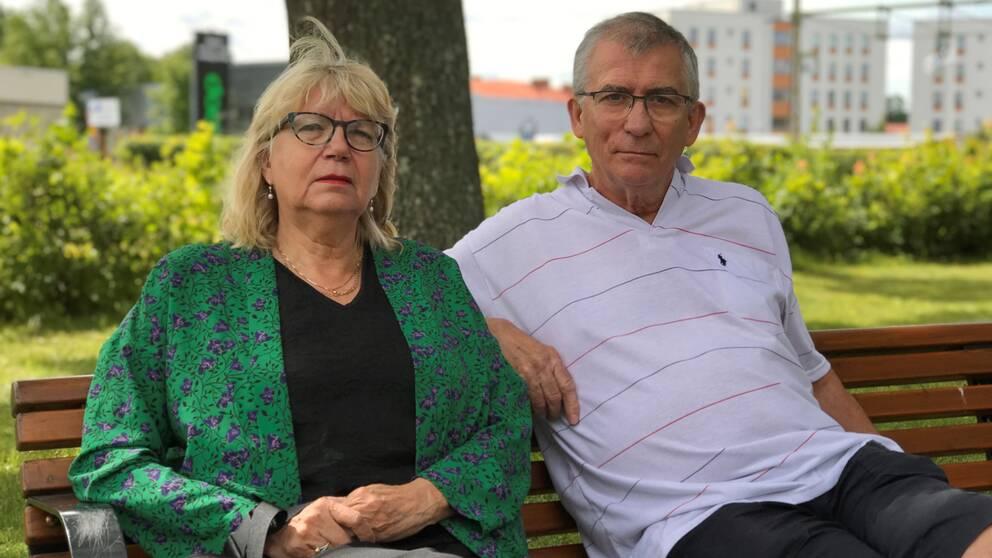 Ingrid Tengelin och Jan-Åke Göransson på parkbänk
