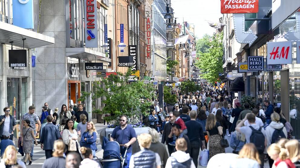 Drottninggatan i Stockholm en lördag. Trots pandemin är det fullt med folk.