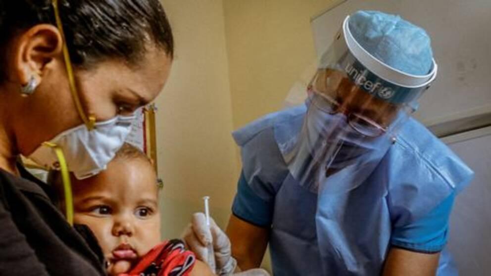 En ettåring får vaccin mot polio, gula febern och stelkramp i delstaten Boliviar i Venezuela 2 juli 2020.