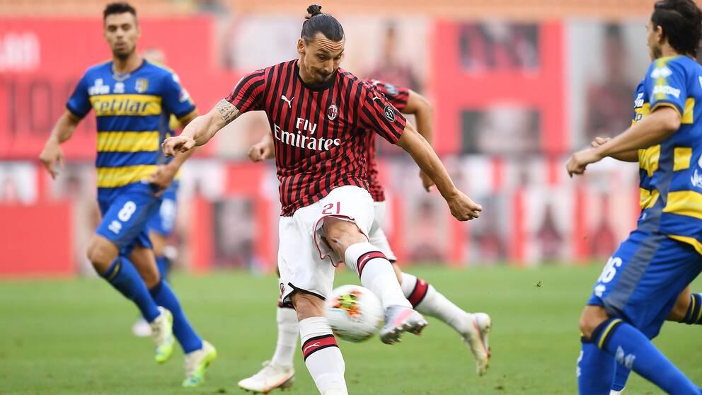 Zlatan Ibrahimovic under Milans match mot Parma.
