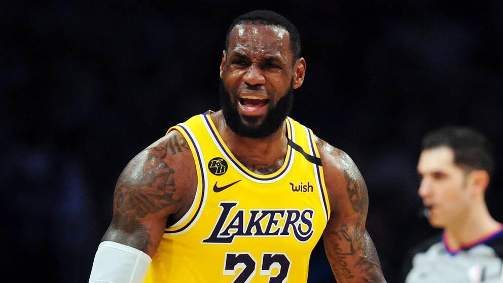 Lebron James under en basketmatch med Lakers