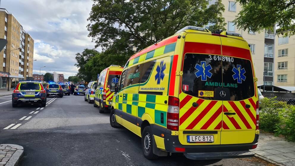 Polisbilar och ambulanser på en gata
