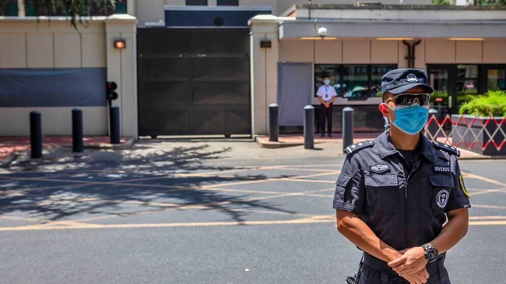 En kinesisk polis utanför det amerikanska konsulatet i Chengdu