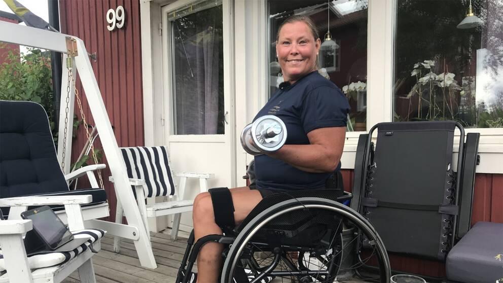 Agneta Rothammar styrketränar på verandan.