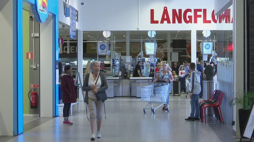 Flera personer inne i Långflons köpcentrum.