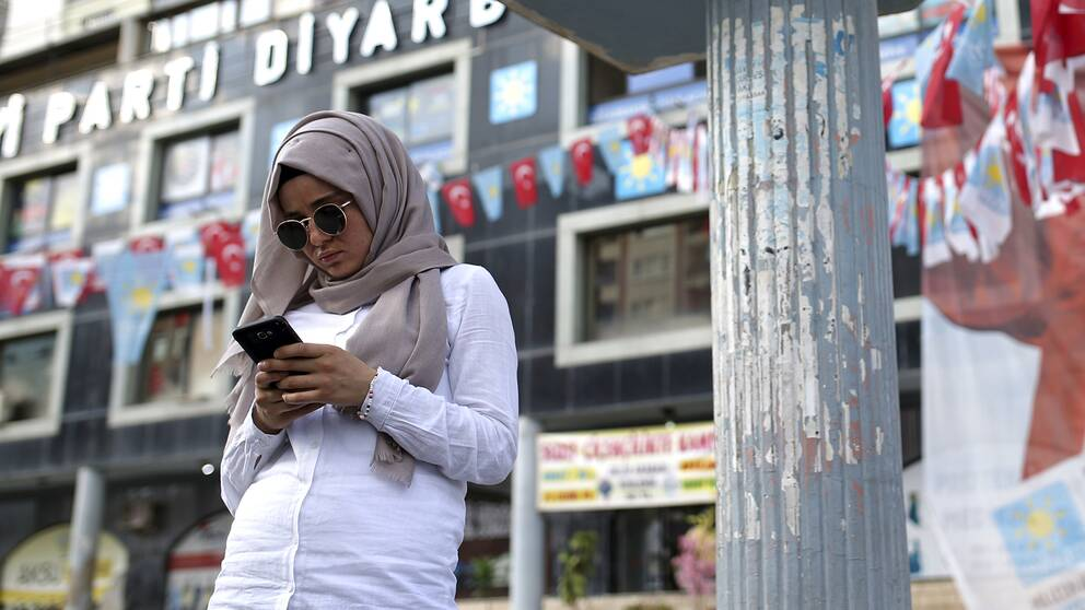 En kvinna med sin telefon i Diyarbakir, Turkiet.
