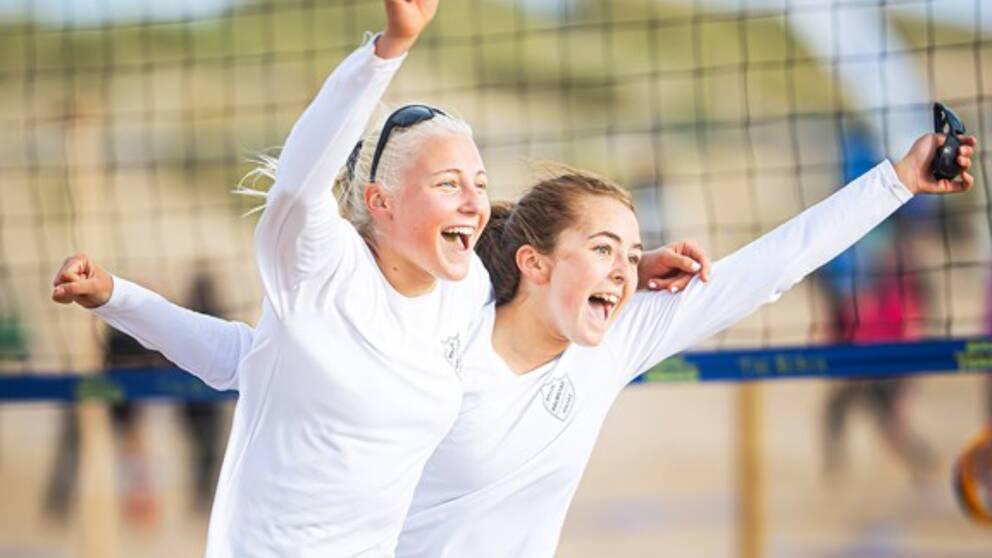 De glada U-16-segrarna Sanna Madestam och Elsa Malmberg från Hylte/Halmstad VBK efter onsdagens match på Tylösand.