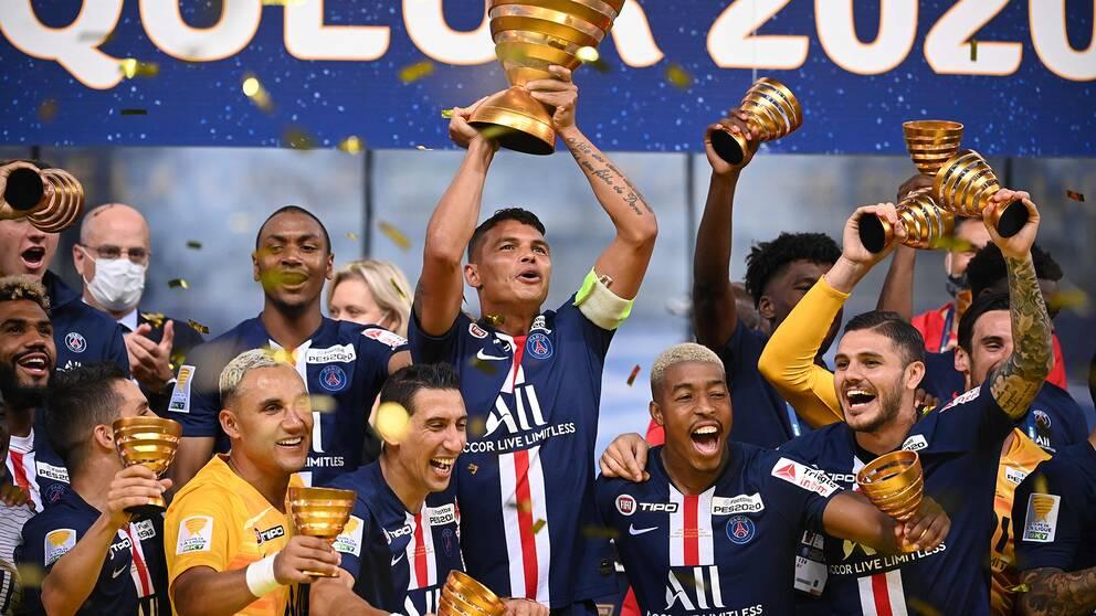 PSG-spelarna jublar efter att ha vunnit franska ligacupen.