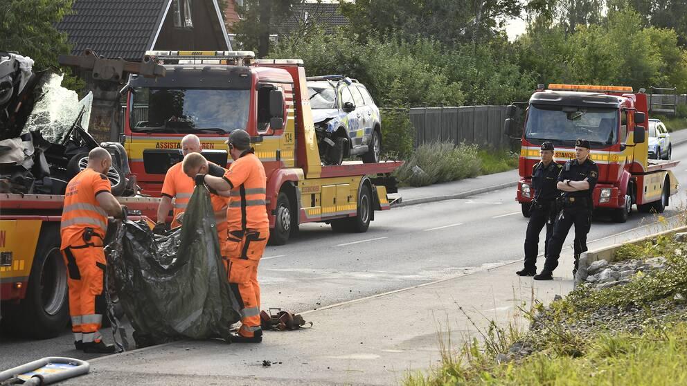 En polisbil krockade med en mopedbil i Täby under natten mot söndagen.