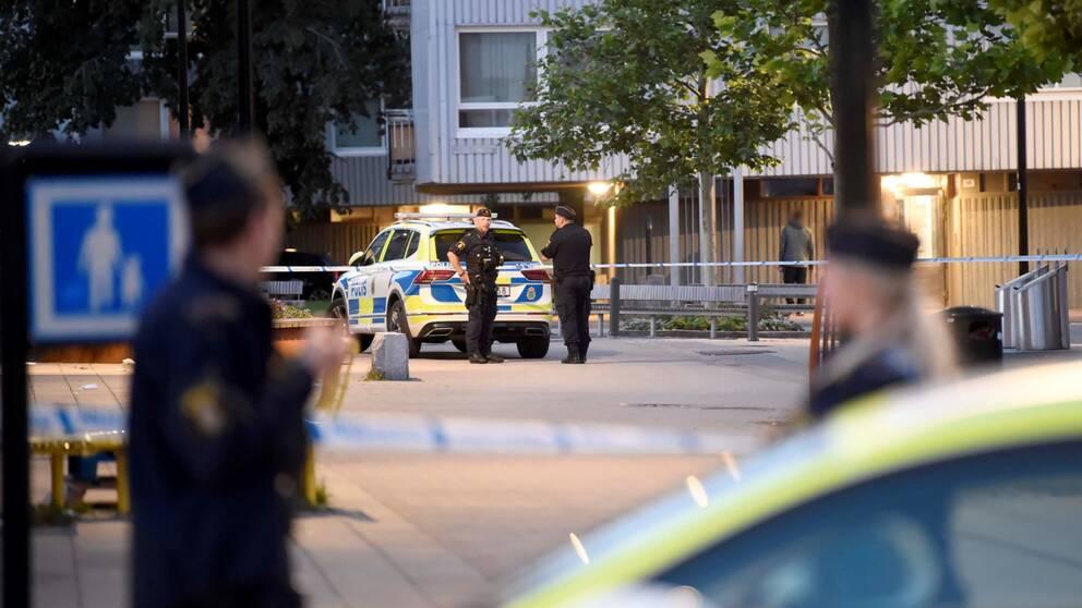 Poliser vid avspärrning en sommarkväll.