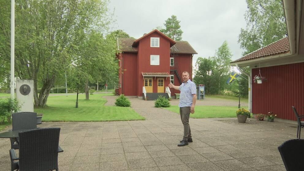 Henrik Norman syns stående på Erlandergården.