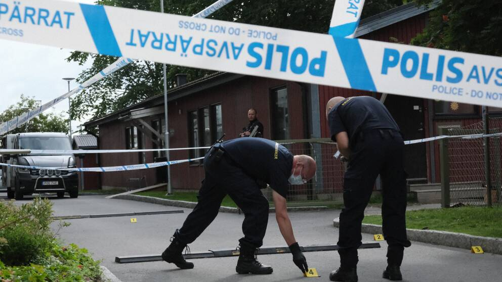 Tekniker på plats undersöker brottsplatsen