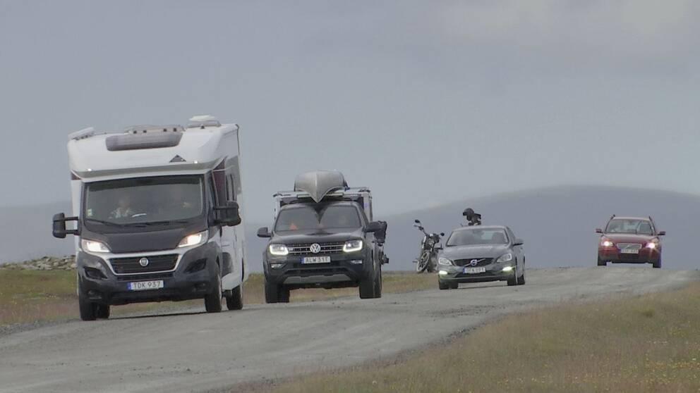 bilar på grusväg på Flatruet.