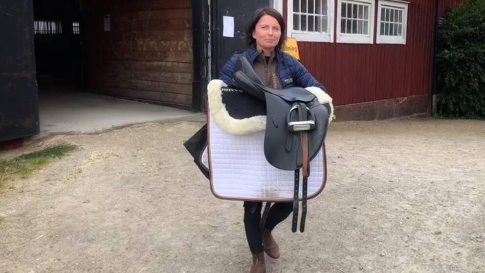 Pernilla Berglund, verksamhetschef Växjöortens Fältrittklubb hållandes i en sadel