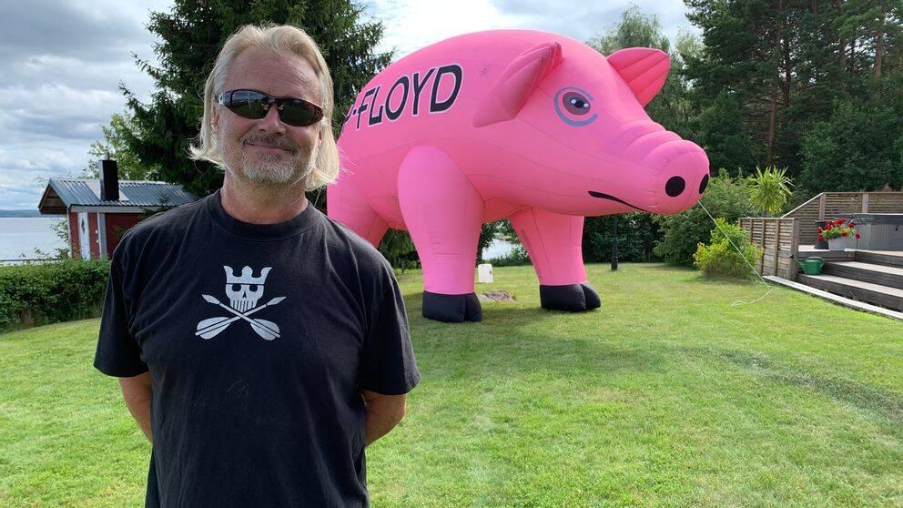 Gitarristen Jan Stumsner framfr en uppblåsbar gris.