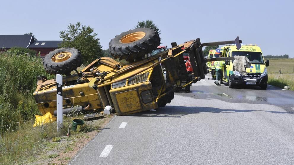 En hjullastare som vält på olycksplatsen