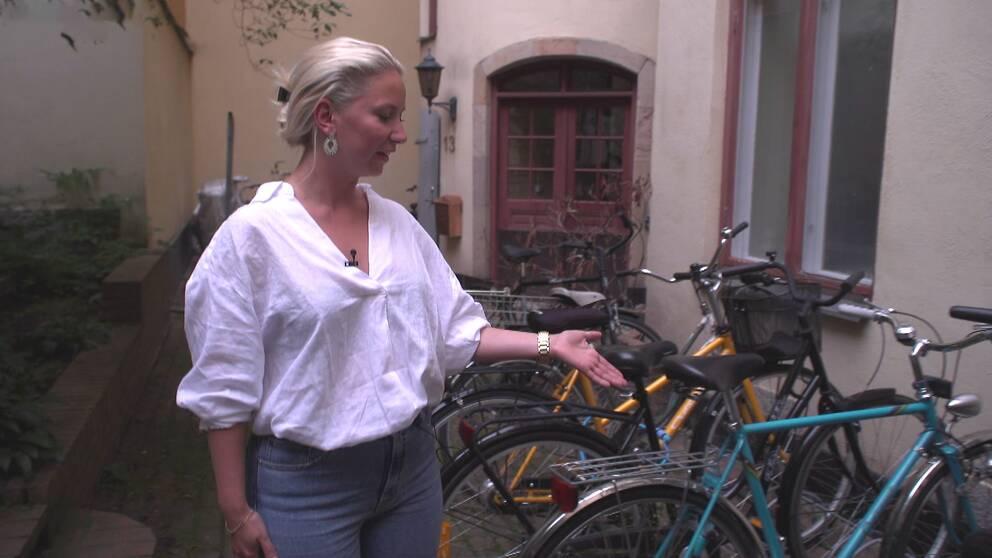 Fanny Ravn visar var hennes cykel blev stulen