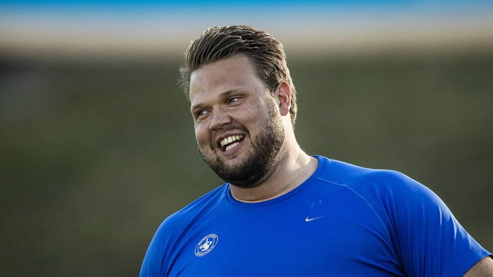 En glad Daniel Ståhl under friidrotts-SM i Uppsala.