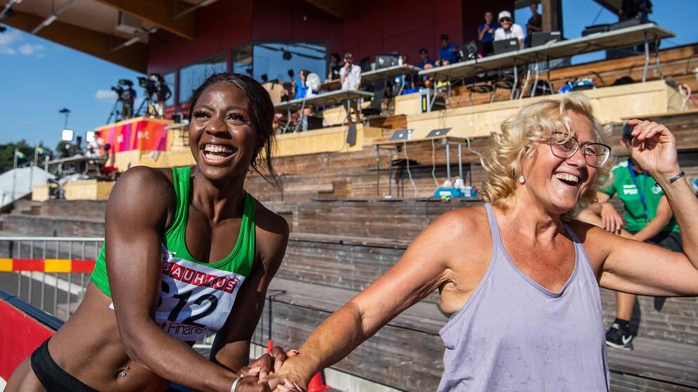 Khaddi Sagnia jublar efter SM-guldet tillsammans med tränaren Katrin Klaup.