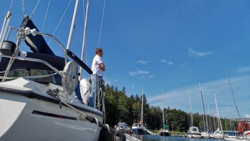 Mauritz Forsström står på sin båt