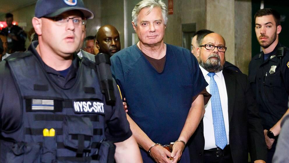 President Donald Trumps före detta kampanjledare Paul Manafort (mitten) när han anländer till en domstol i New York den 27 juni 2019.