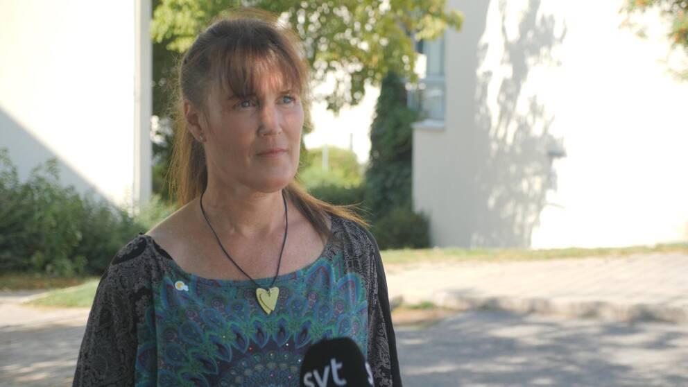 Lotta Olofsson på Demensförbundet intervjuas av SVT:s reporter