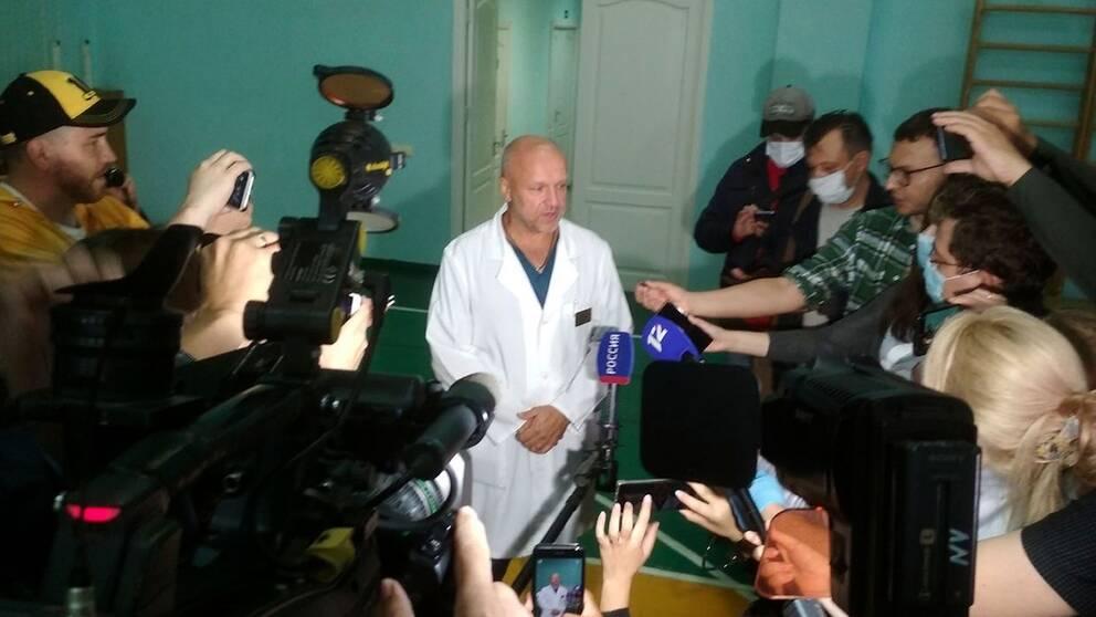Anatolij Kalinitjenko, biträdande chef för sjukhuset i Omsk där Aleksej Navalnyj vårdas, svarar på reportrarnas frågor om Putinkritikerns tillstånd.