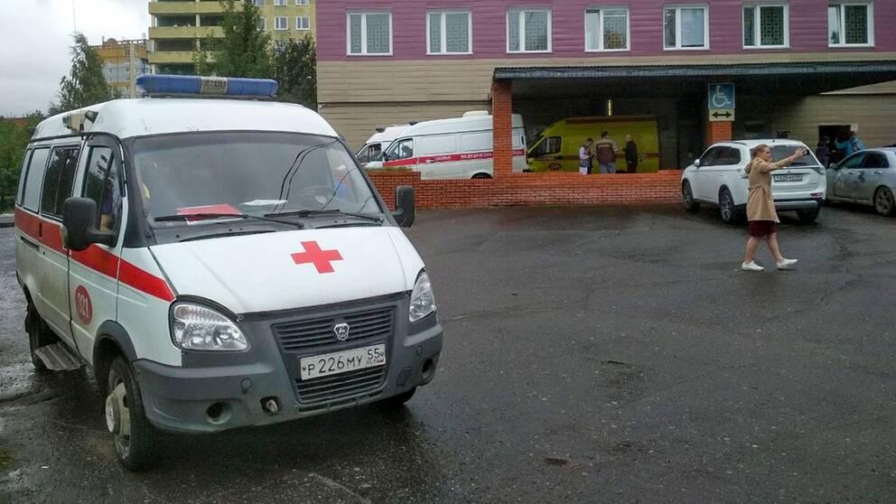 En ambulans parkerad bredvid sjukhusbyggnaden i Omsk i västra Sibirien där Aleksej Navalnyj intensivvårdas.