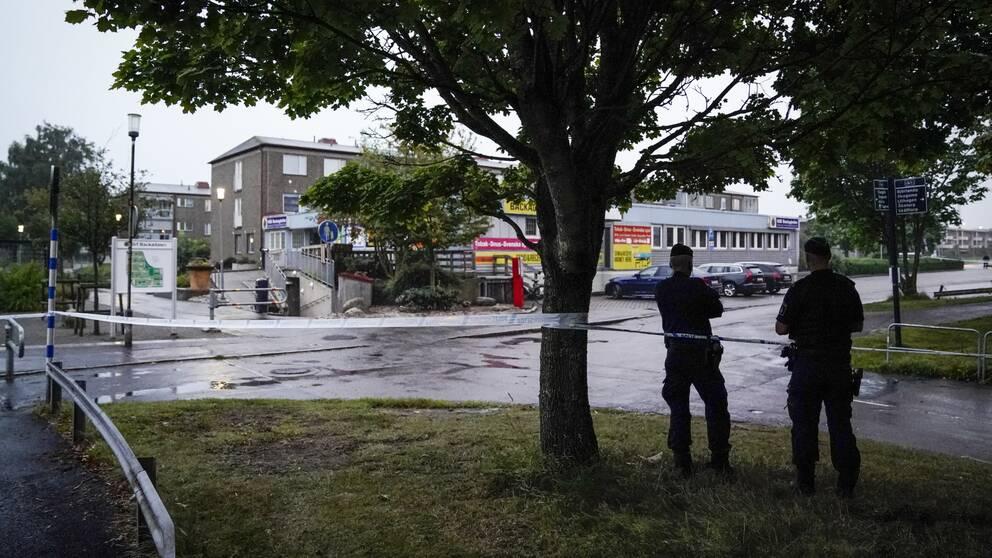 Hisings Backa – polisen fick larmet vid 19-tiden på torsdagen och vittnen ska ha sett hur personer hoppat in i en bil och åkt från platsen.